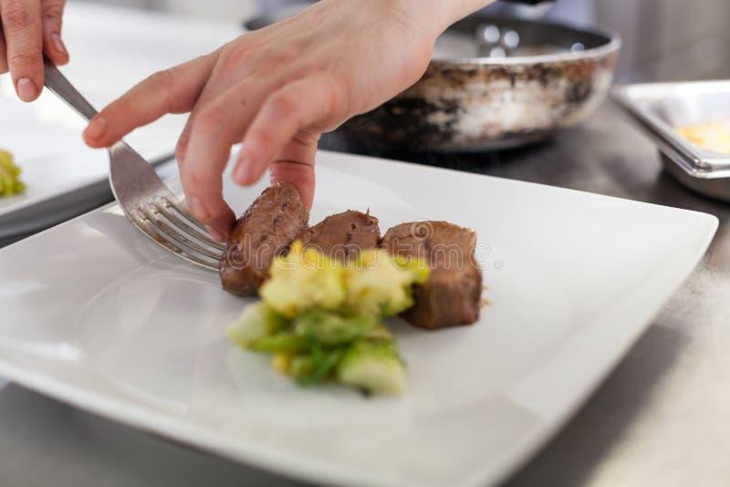 Cuoco unico che placca sull'alimento in un ristorante fotografie stock libere da diritti