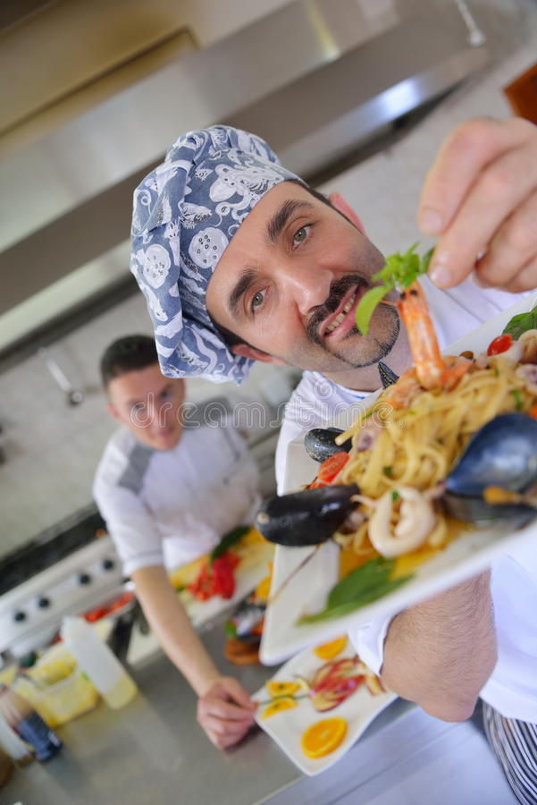 Cuoco unico che prepara alimento fotografia stock