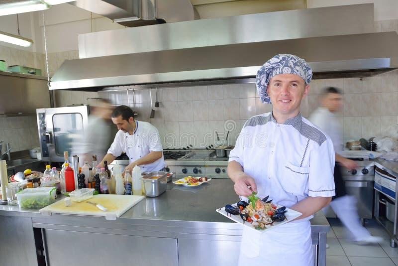 Cuoco unico che prepara alimento immagini stock
