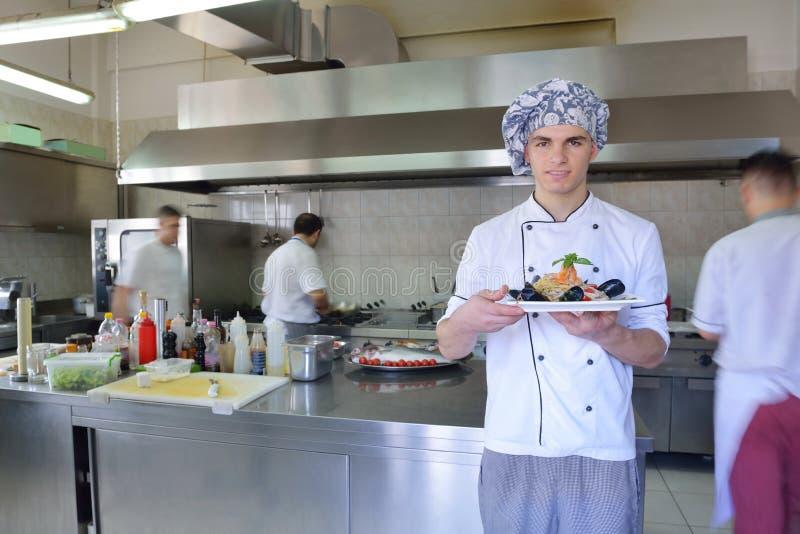 Cuoco unico che prepara alimento fotografie stock libere da diritti
