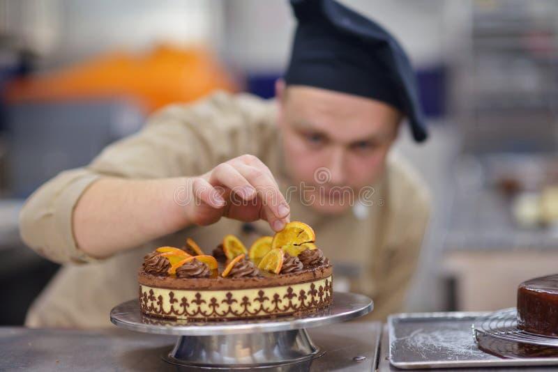 Cuoco unico che prepara il dolce del deserto nella cucina fotografia stock libera da diritti