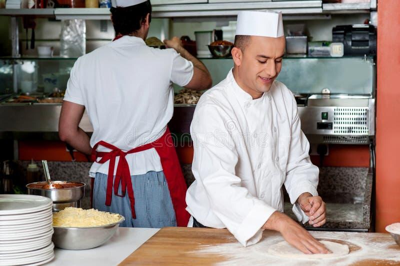 Cuoco unico che prepara la base della pizza fotografie stock libere da diritti