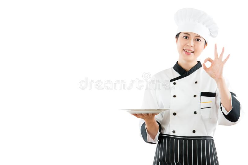 Cuoco unico che tiene piatto vuoto che mostra alimento delizioso immagini stock libere da diritti