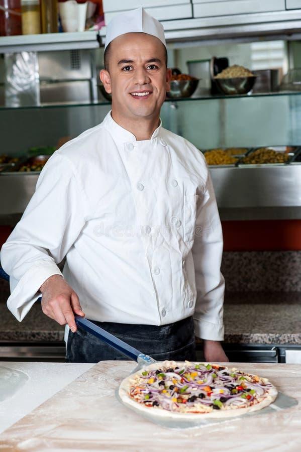 Cuoco unico con la pasta pronta della pizza fotografia stock libera da diritti