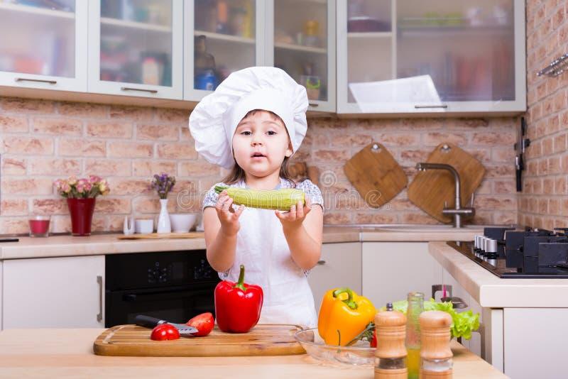 Cuoco unico della bambina con gli ortaggi freschi immagini stock libere da diritti