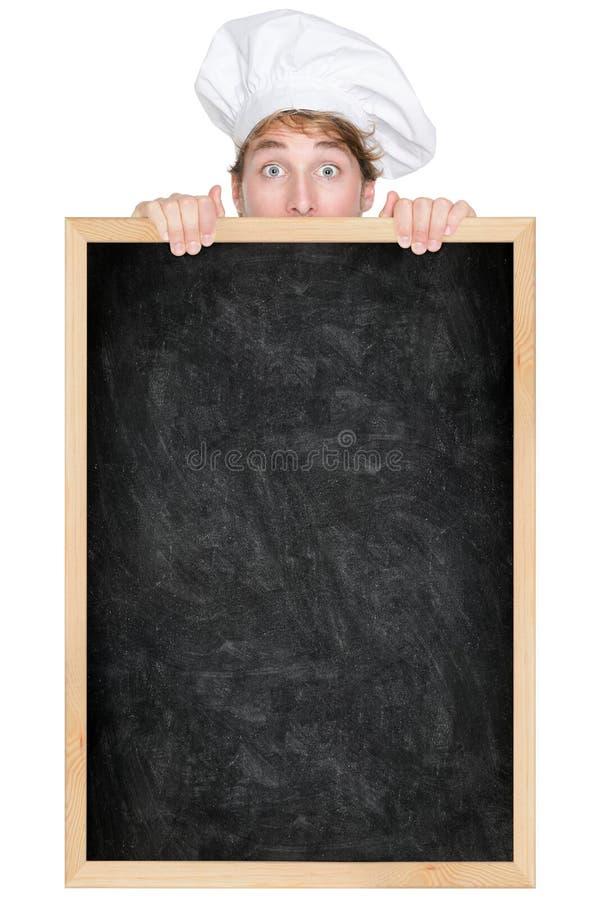 Cuoco unico divertente che mostra il segno del menu della lavagna fotografie stock libere da diritti