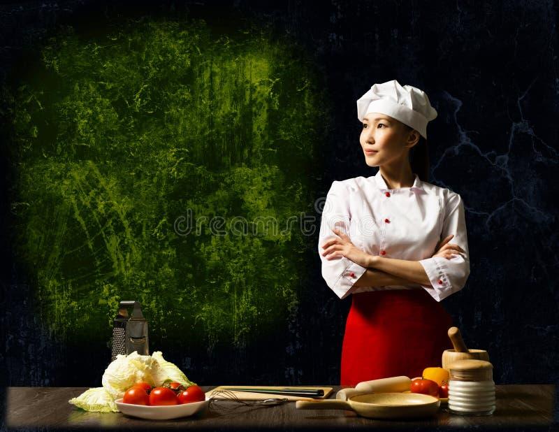 Cuoco unico femminile asiatico che esamina lo spazio vuoto fotografia stock libera da diritti