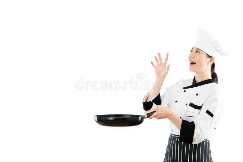 Cuoco unico femminile che esamina l'alimento di fantasia del copyspace immagine stock