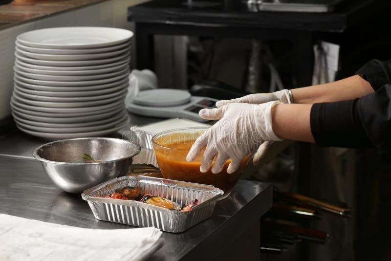 Cuoco unico femminile che prepara le verdure arrostite deliziose fotografia stock