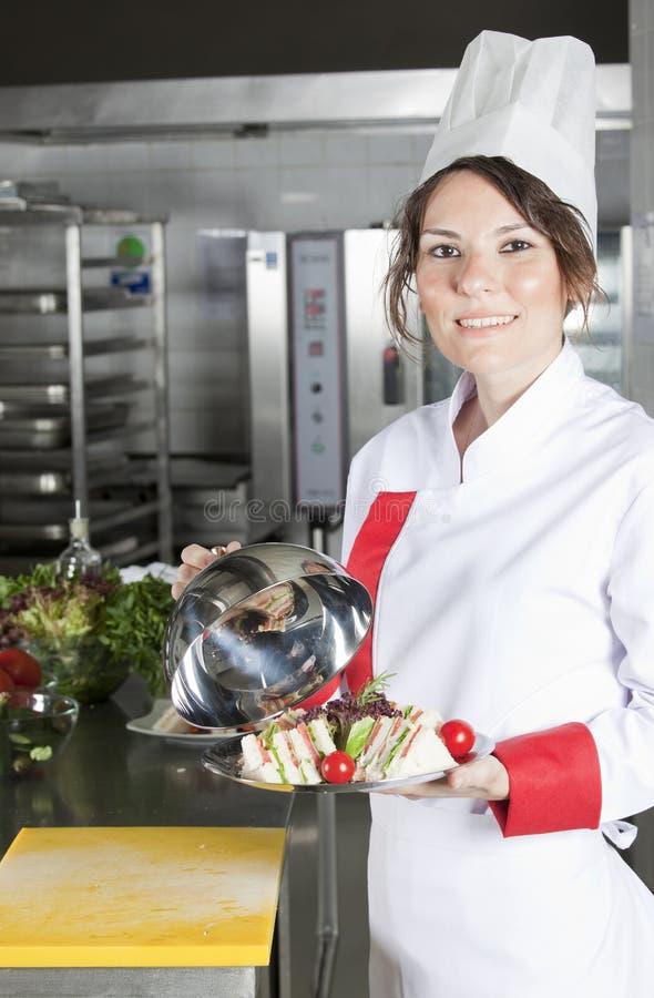 Cuoco unico femminile in cucina fotografie stock libere da diritti
