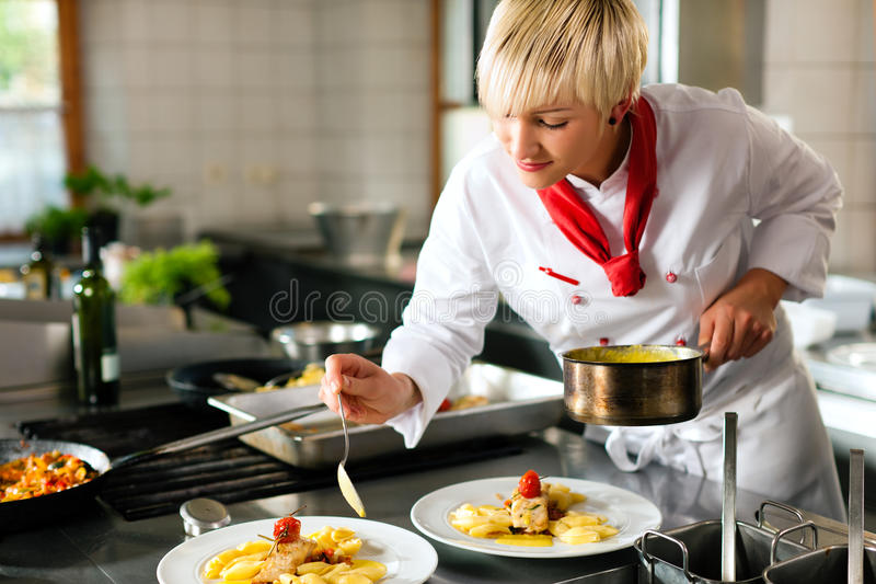 Cuoco unico femminile in un cooki della cucina dell'hotel o del ristorante immagini stock