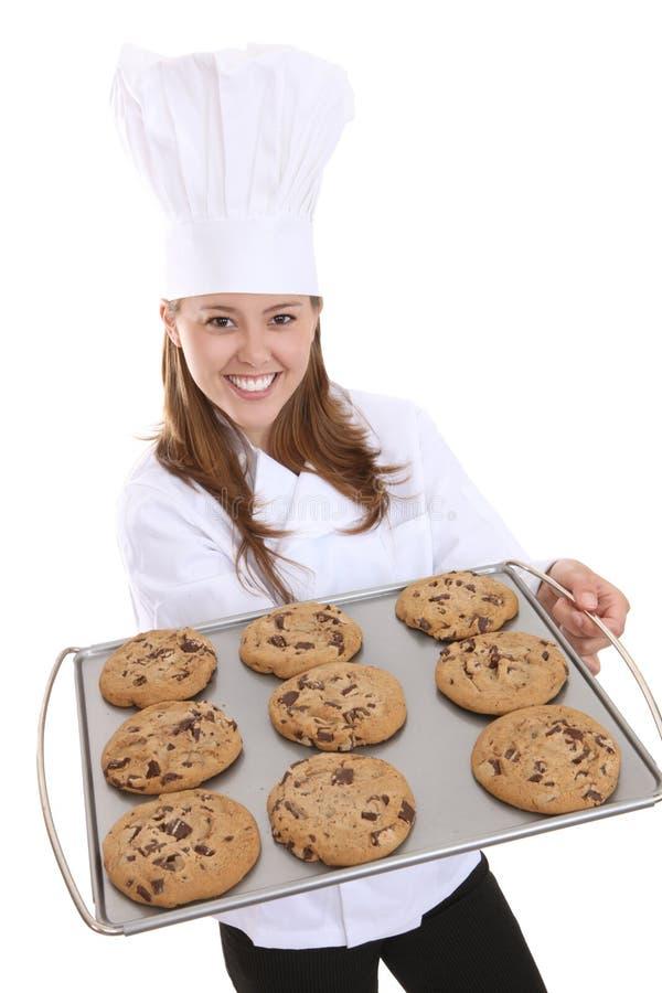 Cuoco unico grazioso della donna con i biscotti immagine stock