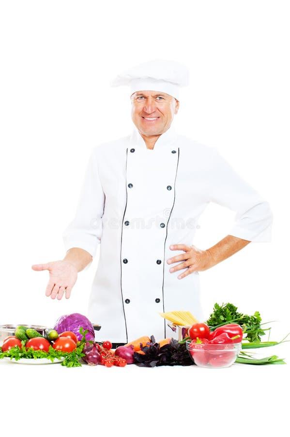 Cuoco unico maggiore bello con le verdure fotografia stock