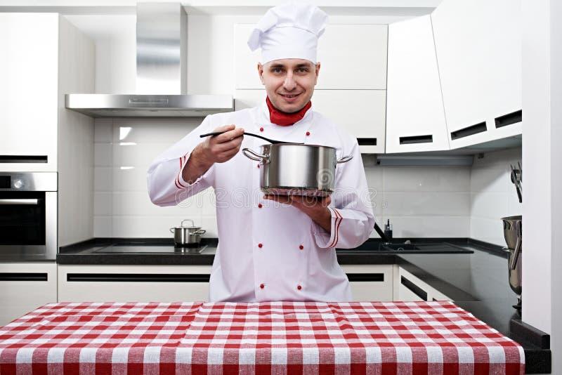 Cuoco unico maschio alla cucina fotografia stock