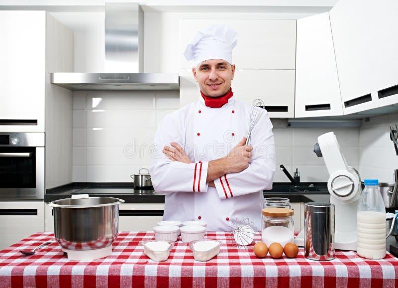 Cuoco unico maschio alla cucina fotografia stock libera da diritti