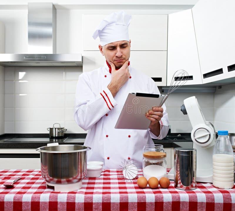 Cuoco unico maschio alla cucina immagini stock libere da diritti