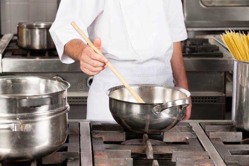 Cuoco unico maschio Preparing Food immagine stock libera da diritti
