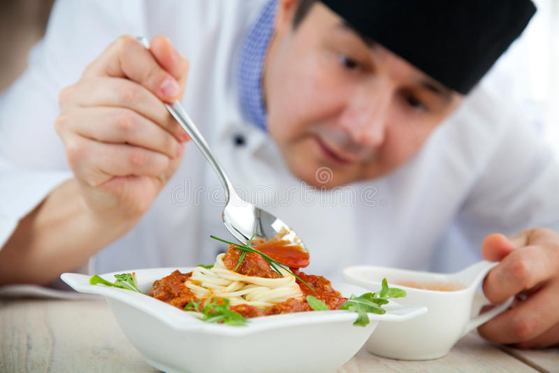 Cuoco unico maschio in ristorante fotografie stock libere da diritti