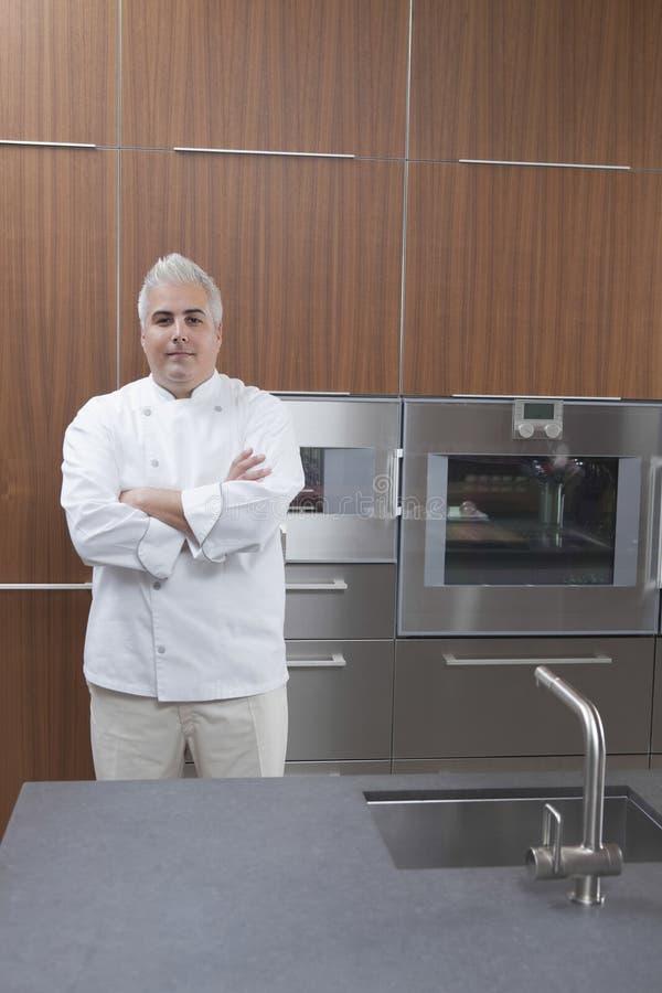 Cuoco unico maschio sicuro In Commercial Kitchen fotografia stock libera da diritti