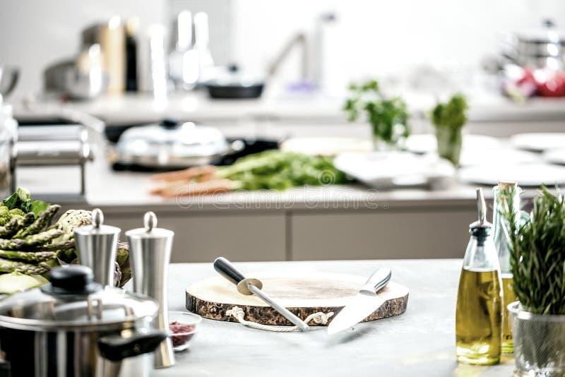 Cuoco unico nella cucina del ristorante che cucina, sta tagliando la carne o la bistecca immagine stock libera da diritti