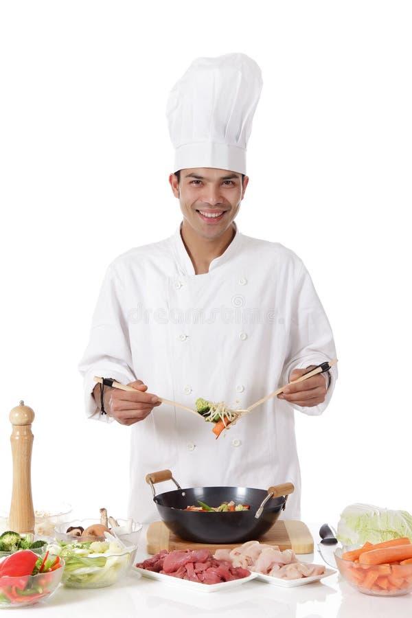 Cuoco unico nepalese allegro dell'uomo, ingredienti freschi immagine stock libera da diritti