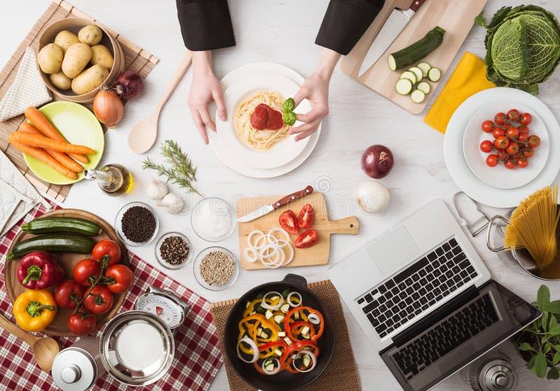 Cuoco unico sul lavoro che cucina pasta fotografia stock