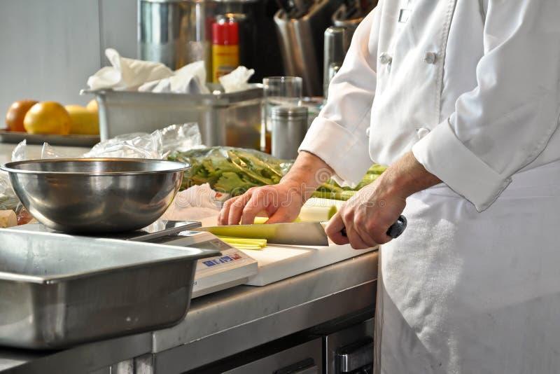 Cuoco unico in una cucina del ristorante fotografia stock libera da diritti