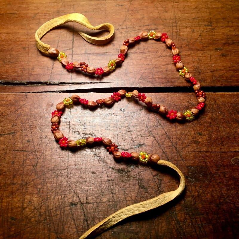 Cuoio d'annata, perle e collana dei semi fotografia stock libera da diritti
