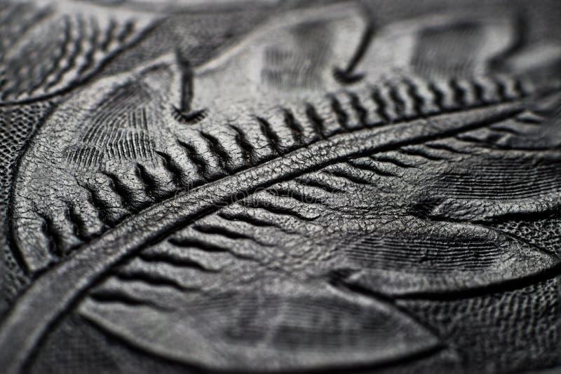 Cuoio nero brillante impresso con i motivi floreali - vicini fino al dettaglio fotografia stock libera da diritti