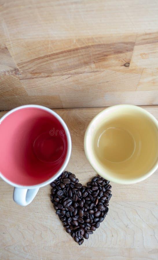 Cuore arrostito del chicco di caff? sulla tavola di legno alla luce naturale fotografia stock