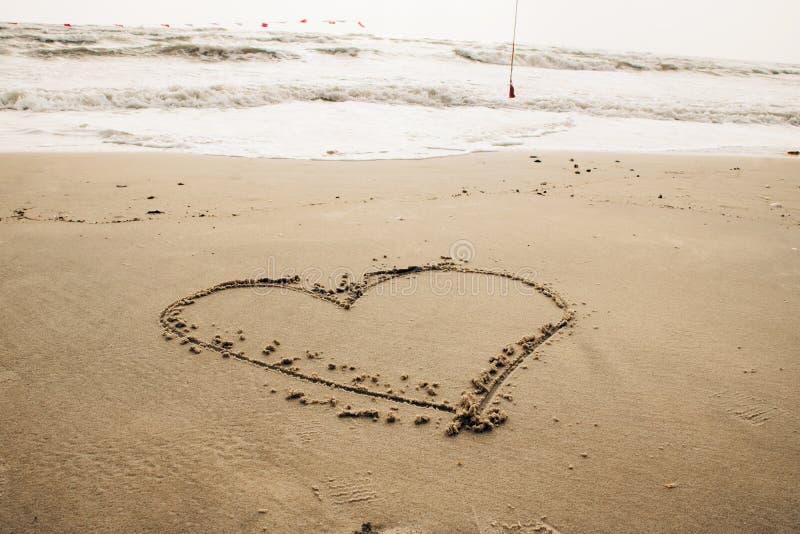 Cuore attinto la sabbia fotografia stock libera da diritti