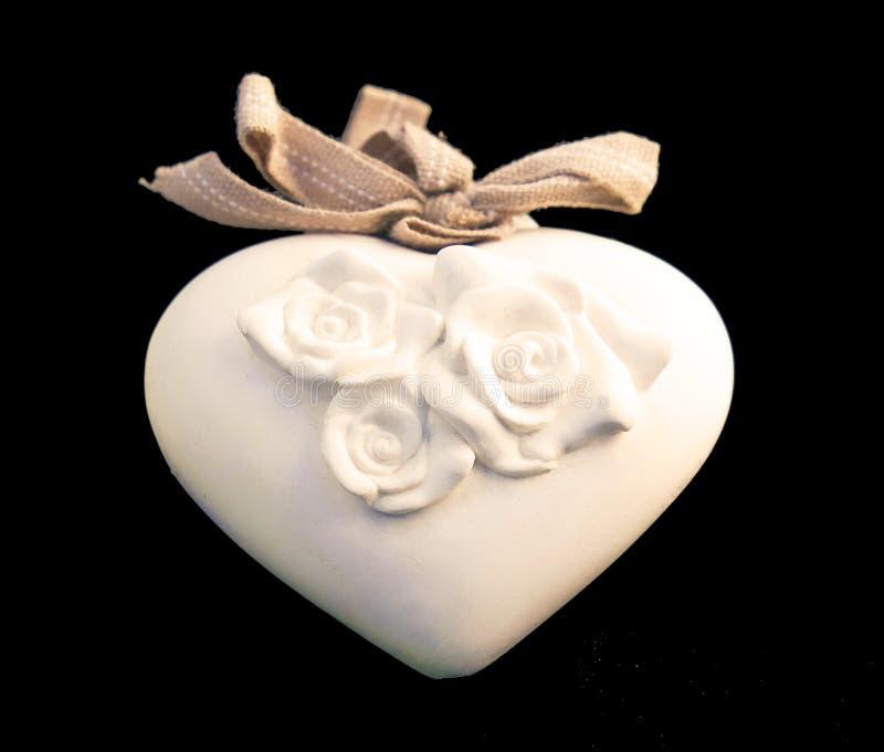 Cuore bianco della porcellana con le rose fotografia stock libera da diritti