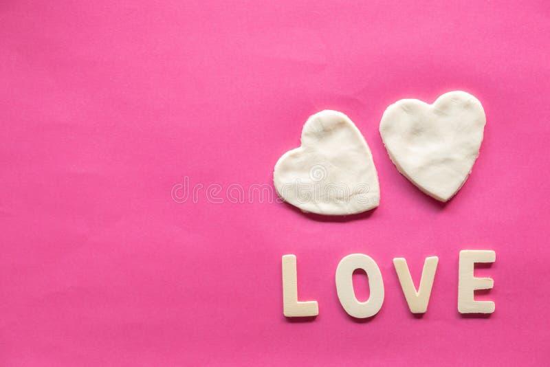 Cuore bianco su fondo rosa, icona di amore, San Valentino, concetto di relazioni con lo spazio della copia fotografia stock