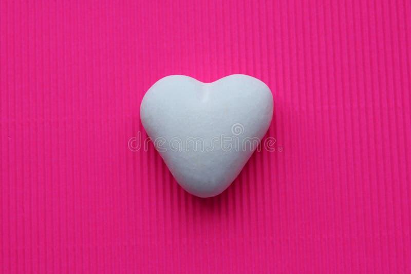 Cuore bianco su un fondo colorato in onore del San Valentino immagine stock