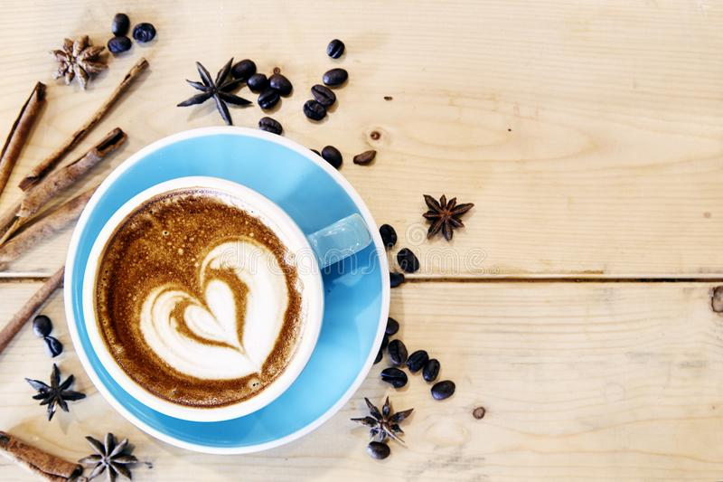 Cuore caldo del disegno del caffè in tazza blu immagine stock