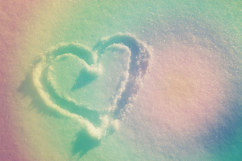cuore che assorbe neve bianca fresca Inverno Immagine tonificata immagine stock