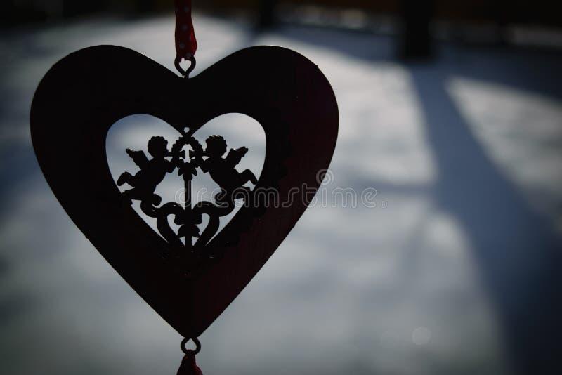 Cuore con due cupidi nell'inverno fotografie stock