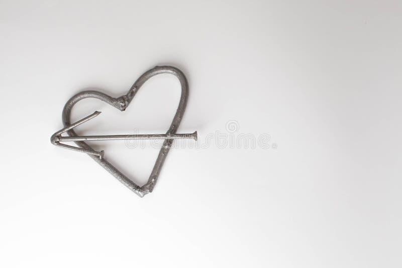 Cuore con i chiodi Concetto di giorno di padri Fondo di giorno di biglietti di S. Valentino con il cuore del ferro dello spazio d fotografia stock libera da diritti