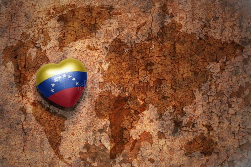 Cuore con la bandiera nazionale del Venezuela su un fondo d'annata della carta della crepa della mappa di mondo fotografia stock