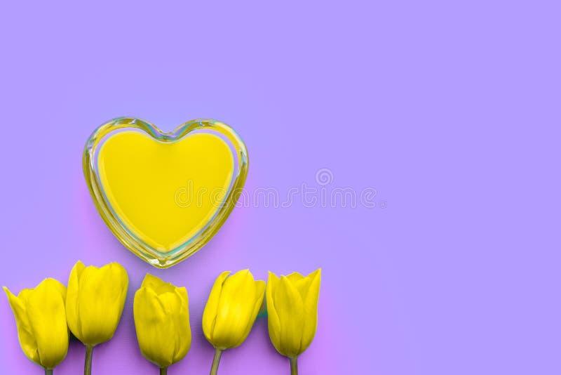 Cuore d'arte e tulipani gialli su uno sfondo lilla, contesto d'amore creativo fragile, concetto di giorno di San Valentino illustrazione vettoriale