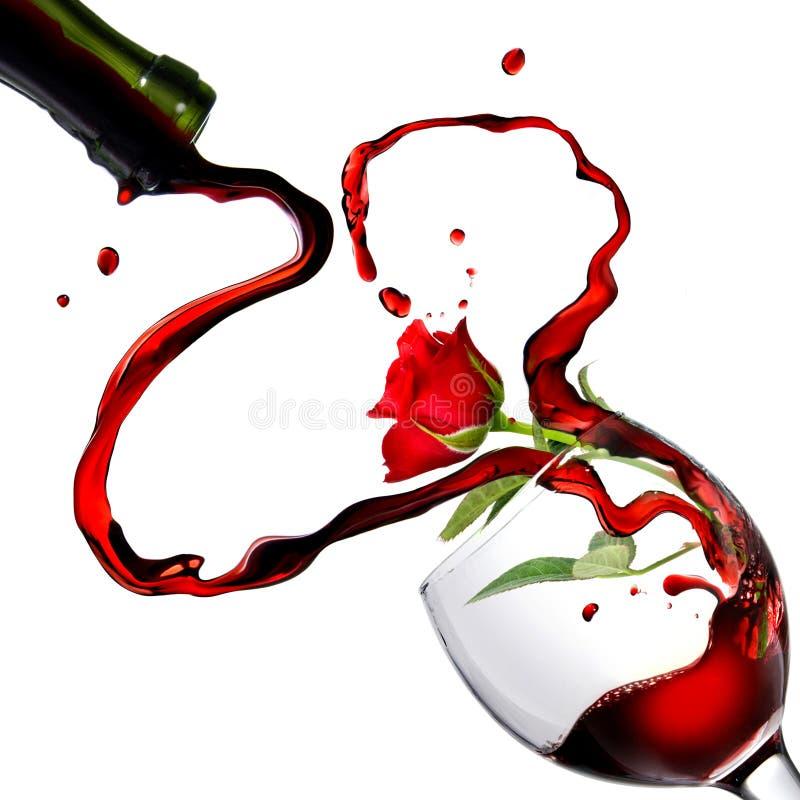 Cuore dal versamento del vino rosso in calice fotografia stock libera da diritti