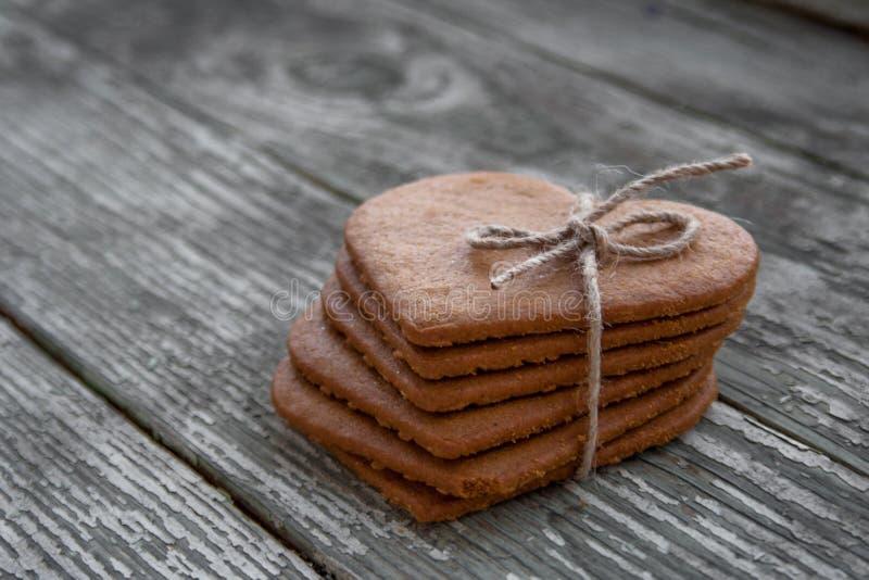 Cuore dei biscotti e dei precedenti di legno fotografie stock libere da diritti