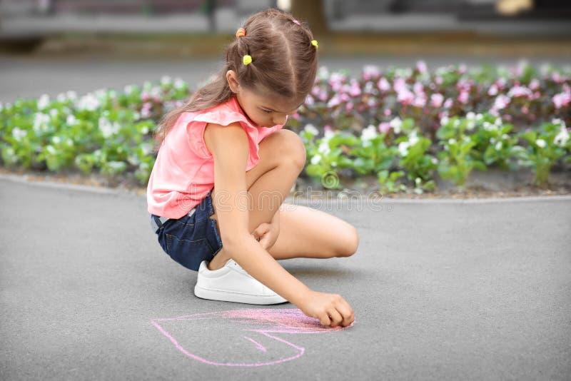 Cuore del disegno del piccolo bambino con gesso immagini stock libere da diritti