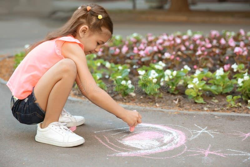 Cuore del disegno del piccolo bambino con gesso fotografie stock