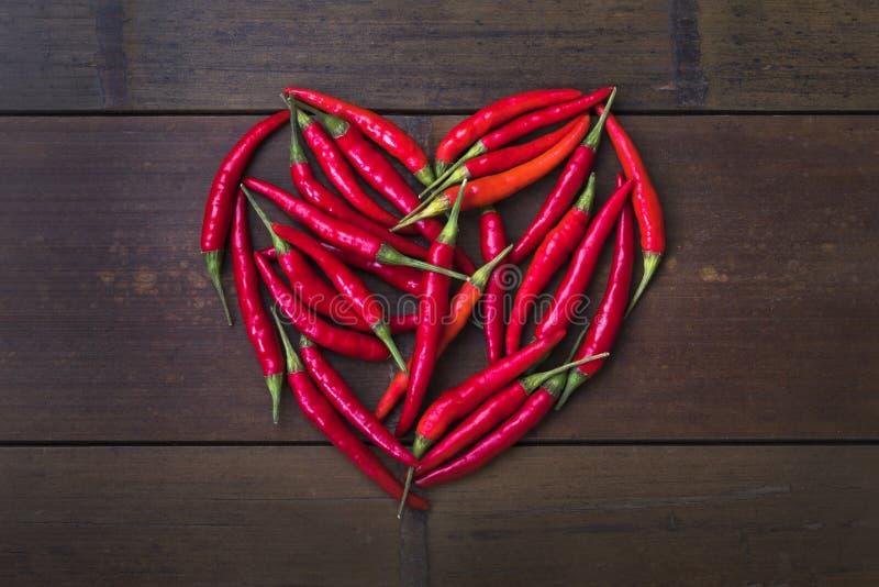 Cuore del peperoncino rosso su fondo di bambù immagine stock libera da diritti