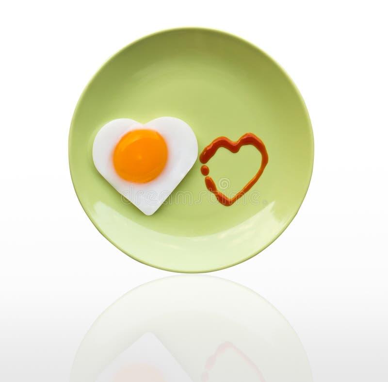 Cuore dell'uovo fritto e cuore di sorgente fotografie stock libere da diritti