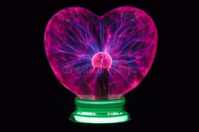 Cuore della palla del plasma che emette luce nello scuro fotografia stock libera da diritti