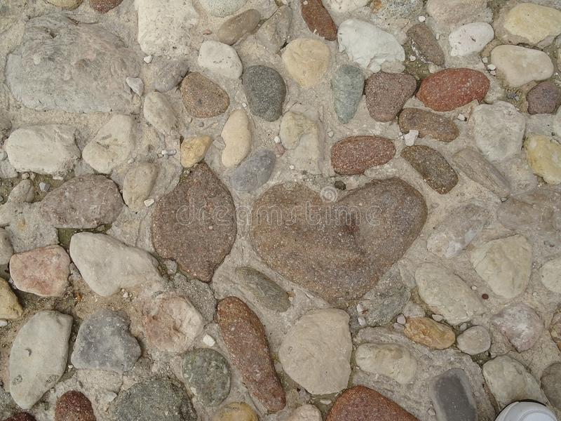 Cuore della pietra sul pavimento fotografia stock libera da diritti