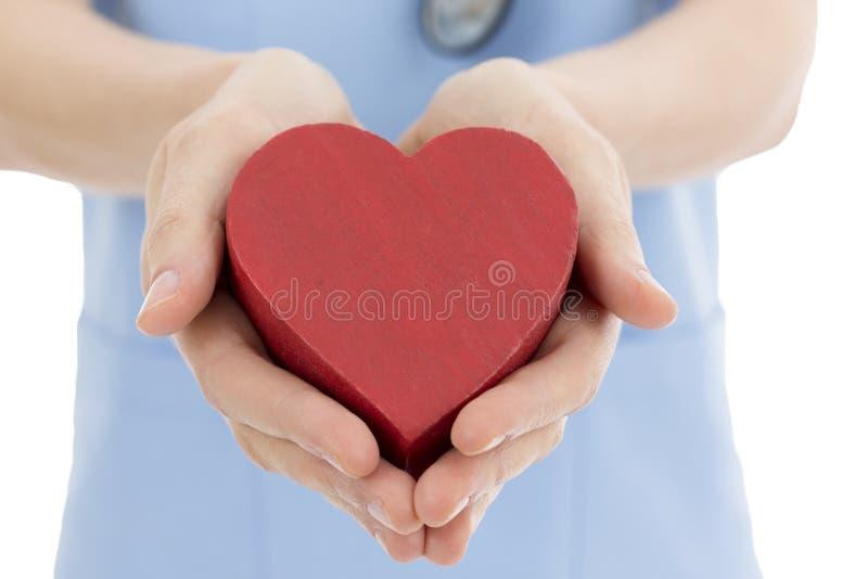 Cuore della tenuta dell'infermiere o di medico immagini stock