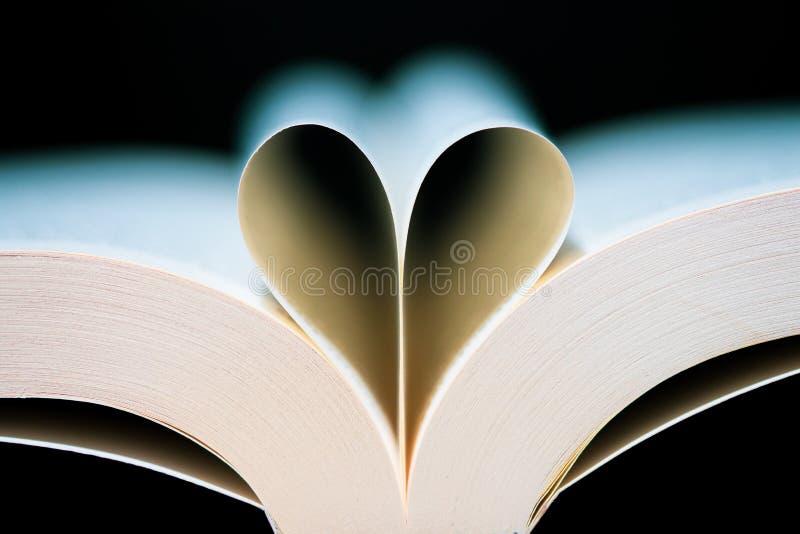 Cuore delle pagine del libro a forma di immagini stock libere da diritti